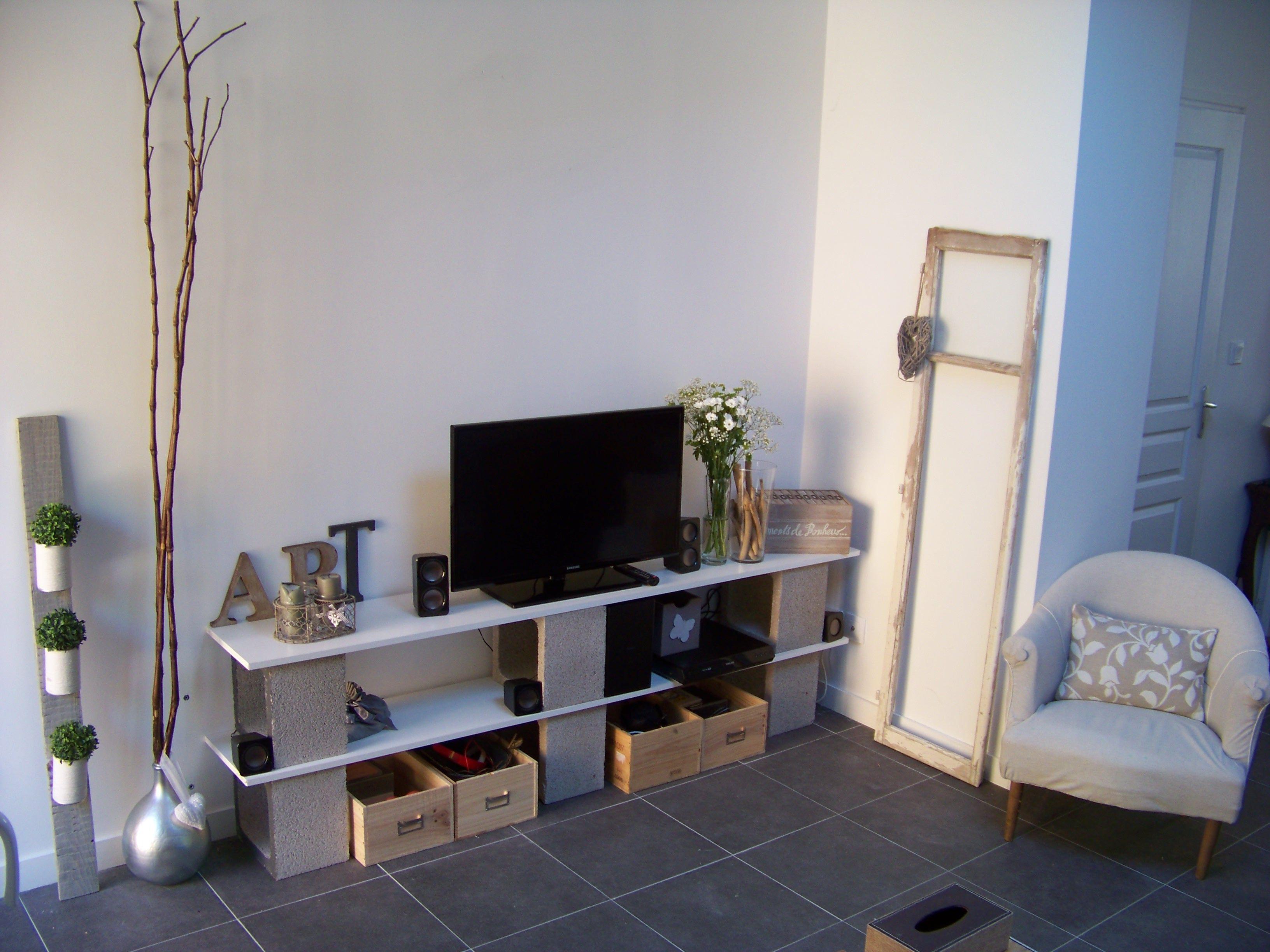 meuble t l fait avec des parpaings mon atelier. Black Bedroom Furniture Sets. Home Design Ideas