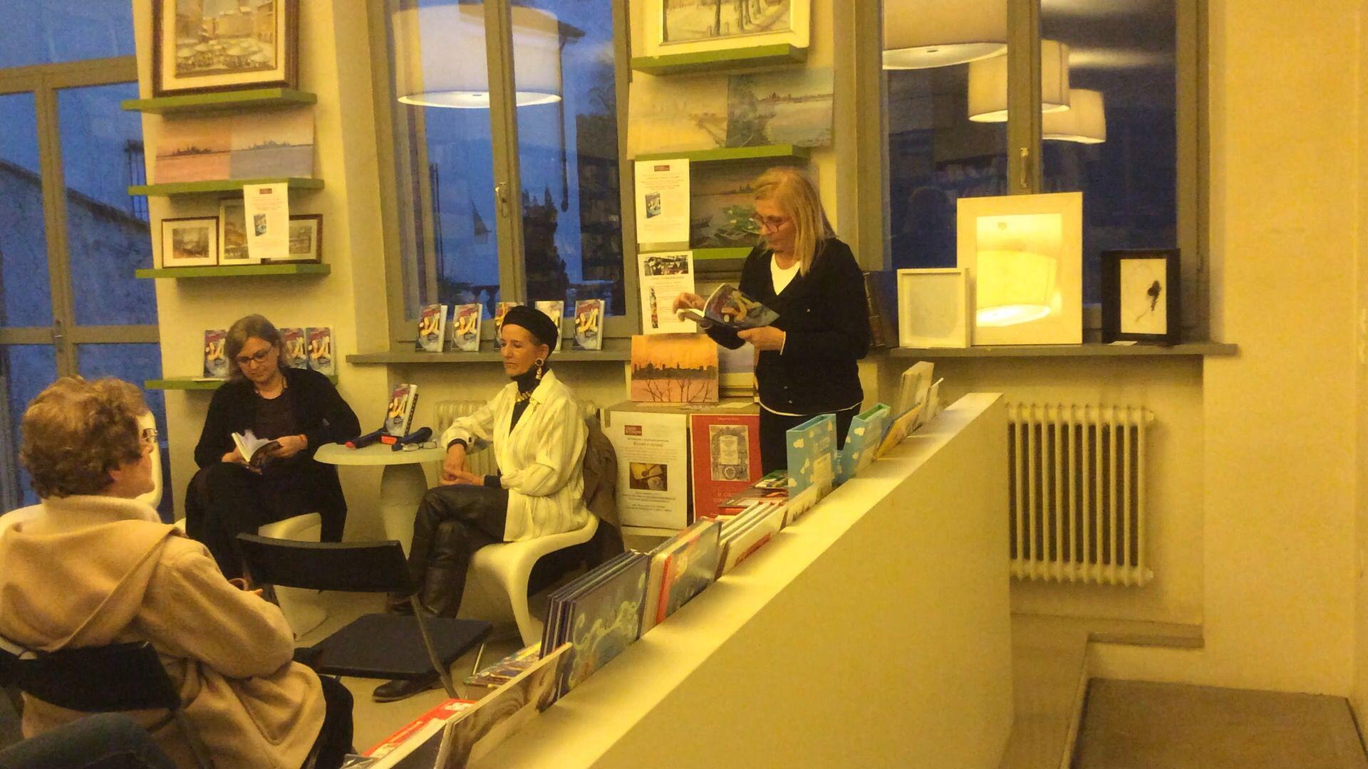 À gauche, Paola Cortese, au centre en blanc Amanda Castello, à droite en train de lire un extrait du livre, la propriétaire de la librairie, Marina Pellegrini.