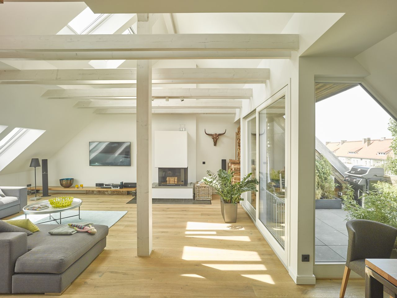 Gro z giges wohnzimmer mit viel tageslicht und - Wohnzimmer architektur ...