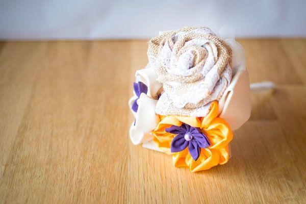 Collection Julia, orange et violet – Mini bouquet (lancer ou demoiselle dhonneur) rustique en fleurs en tissu et toile de jute