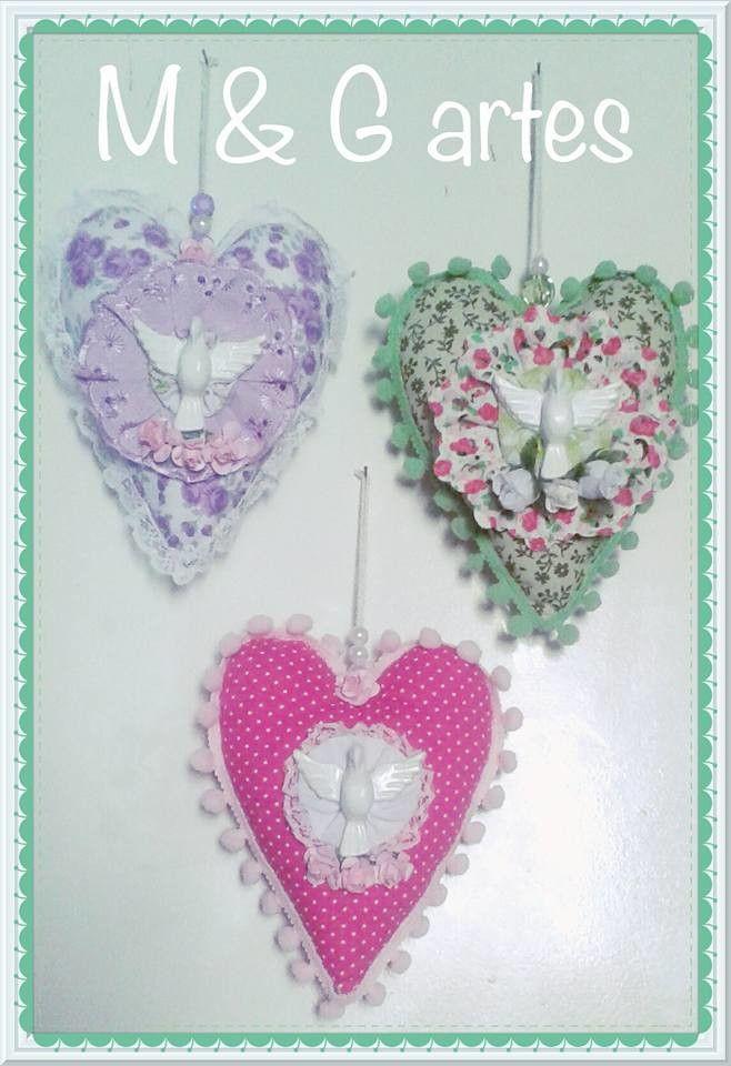 Pingente formato coração com Divino Espírito Santo.  Confeccionado em tecido 100% algodão com Divino em gesso , impermeabilizado.