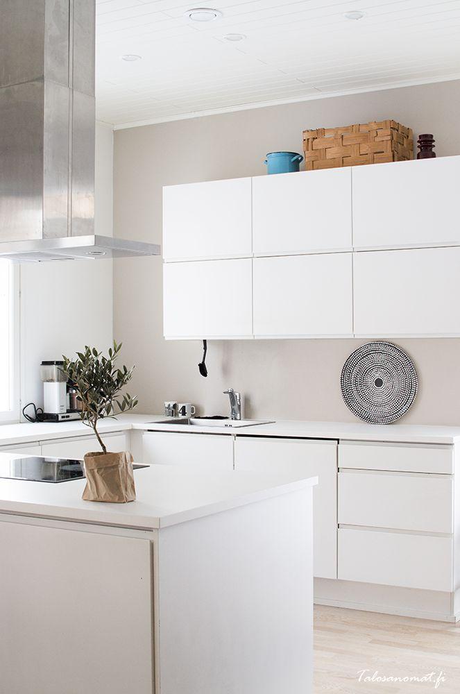 Witte keuken met aangekleed met leuke woonaccessoires.  Meer wooninspiratie op mijn interieurblog http://www.interieurinspiratie.nl/