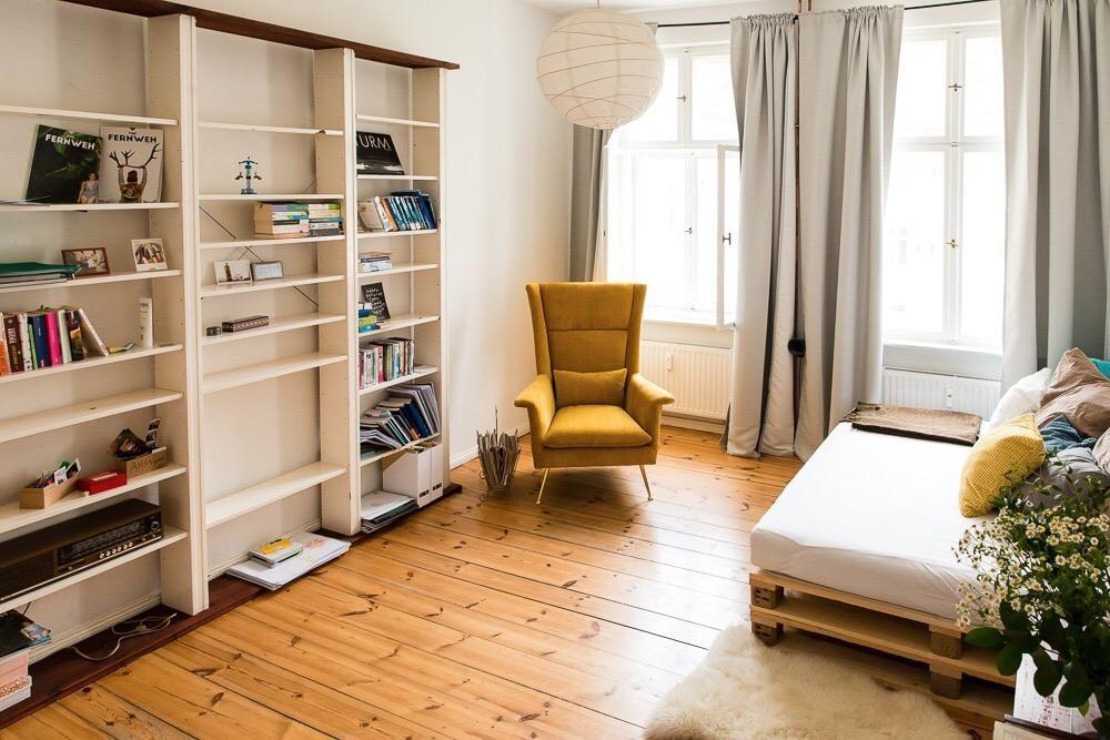 Superschönes WG-Zimmer mit senfgelbem Sessel und großem Regal für - kleine regale für küche
