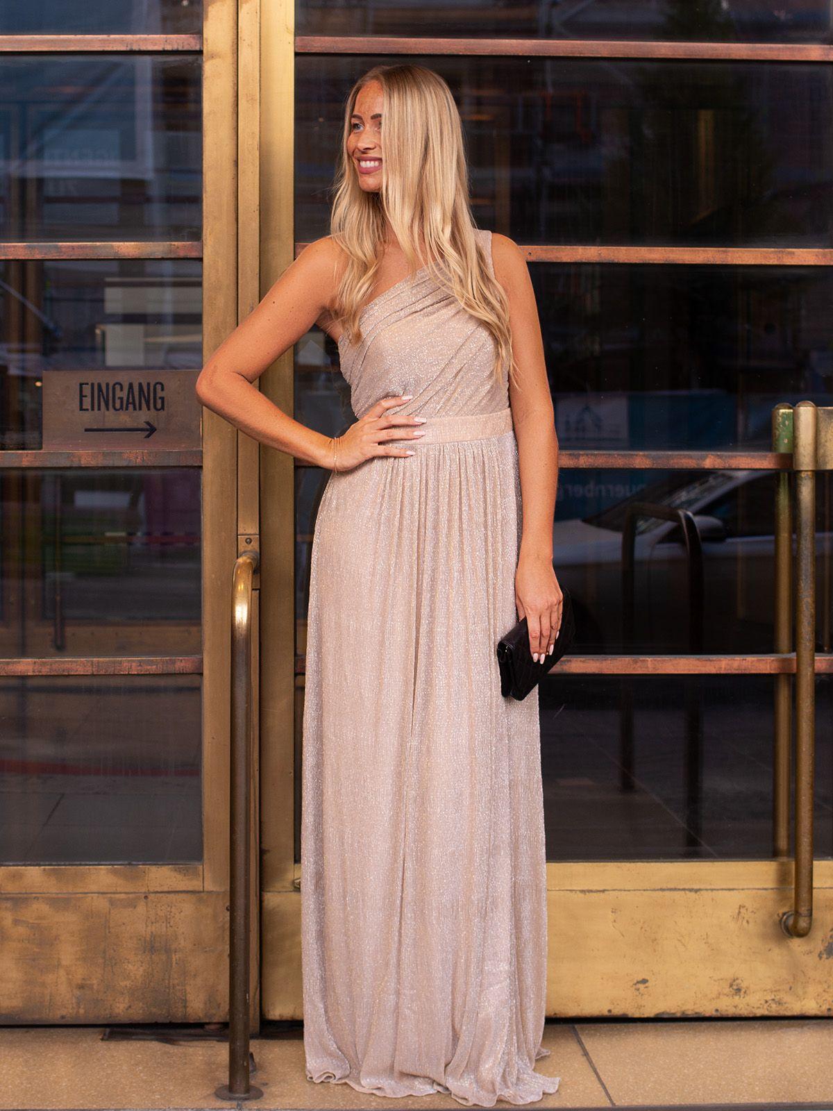 Das Abendkleid In Schimmerndem Mesh Ruft Regelrecht Lets Celebrate Die Schnittfuhrung Betont Gekonnt Die Taille Und Um Abendkleid Kleider Fliessende Kleider