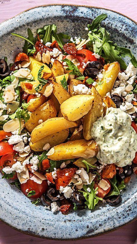 Patatas Bravas! Spanische Backkartoffeln dazu Oliven, Rucola, getrocknete Tomaten und Aioli #schnellerezeptemittagessen