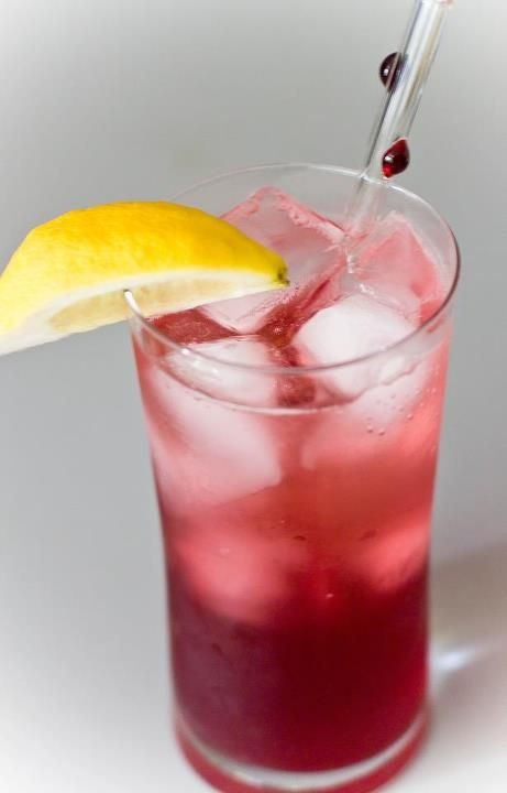 Cranberry Spritzer Sparkling Mineral Water With A Splash Of 100 Cranberry Juice A Squeeze Of Mixed Drinks Alcohol Sparkling Mineral Water Cranberry Juice
