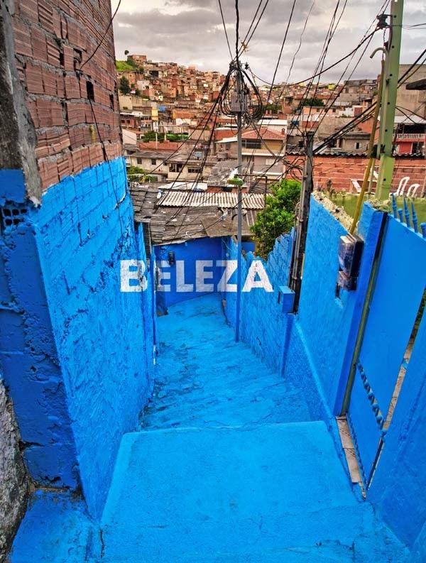 Pese al desarrollo económico y social del que se beneficia actualmente Brasil, São Paulo cuenta aún con un índice de chabolismo que supera el 11 por ciento de la pobiación y que afecta a más de dos millones de personas. Con el fin de atajar esta situación, el colectivo madrileño Boa Mistura ha involucrado a la población de la favela de Vila Brasilândia en el proyecto Luz nas Vielas, una intervención urbana que tiñe de color y palabras positivas sus calles.