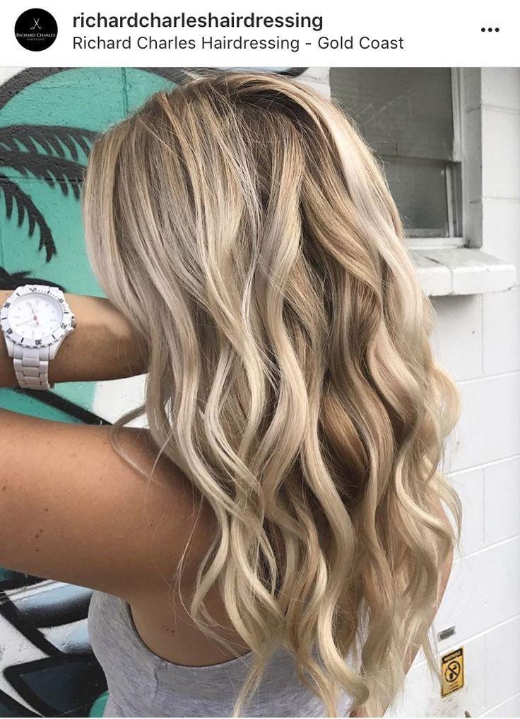 Schöner blonder Balayage der Frisur mit beachy Locken #blondehair