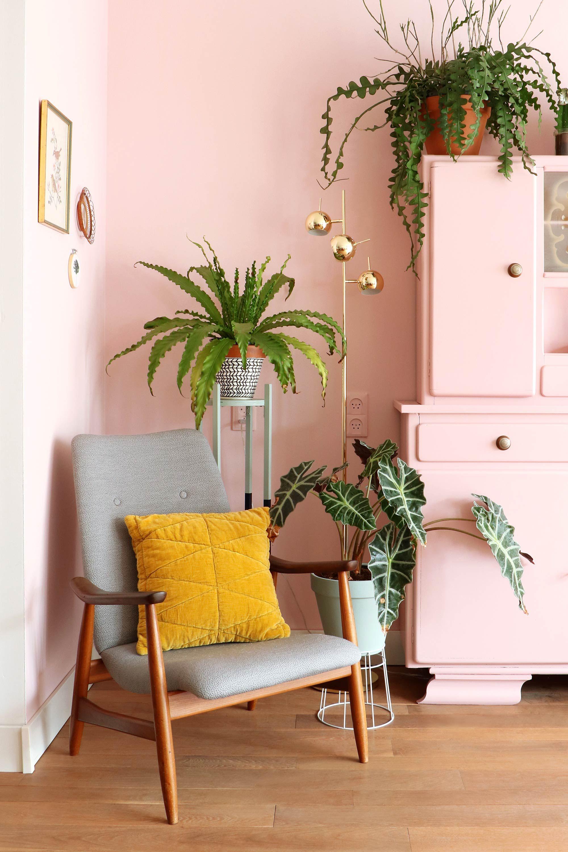 Roze leeshoek van My Attic met planten | Woonkamer | Pinterest ...