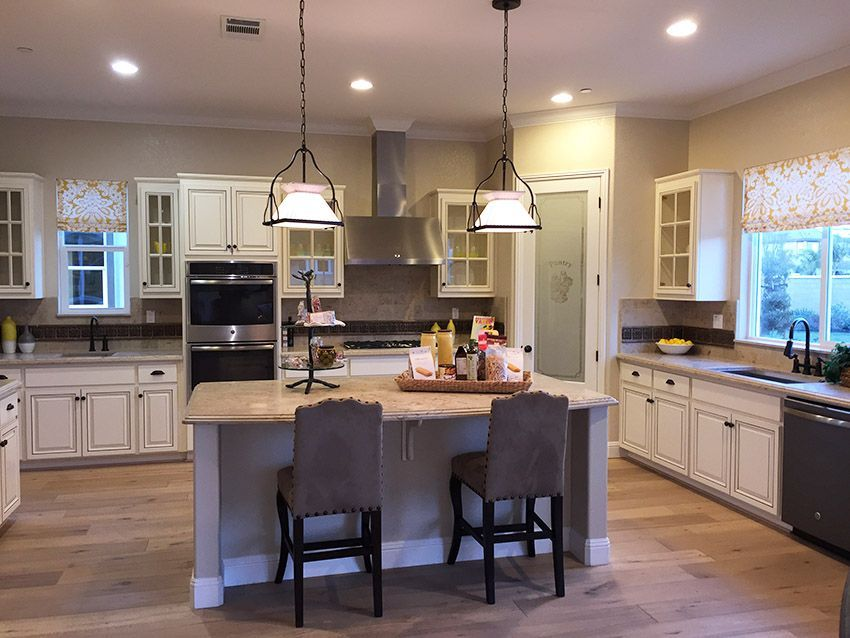 Kitchen+in+new+model+home+with+dining+island+and+white+cabinetry