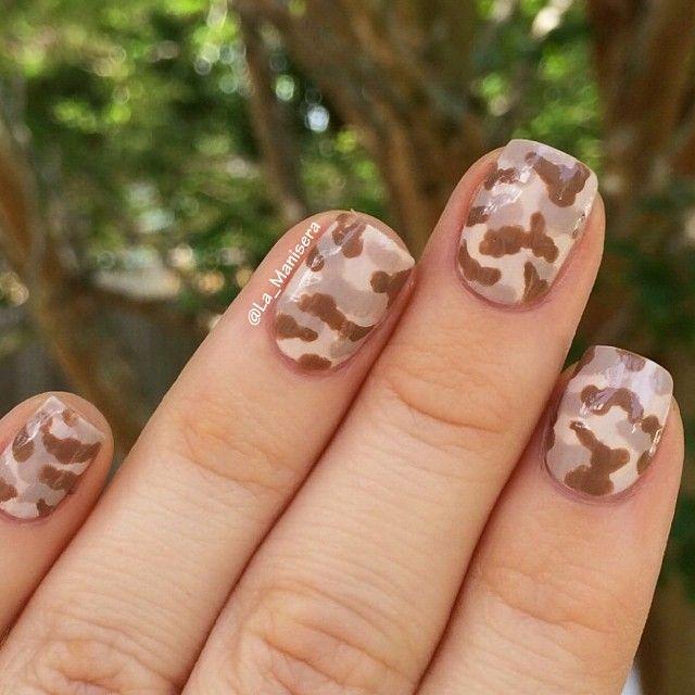 Desert camo nails. @la_manisera on Instagram. #nailart #desertcamo #camonails