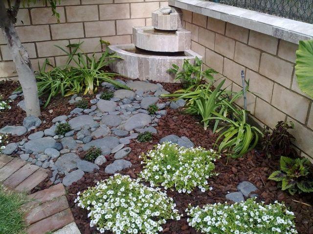kleingarten tipps ideen wasserspiel bodendecker kies mulch Ideen