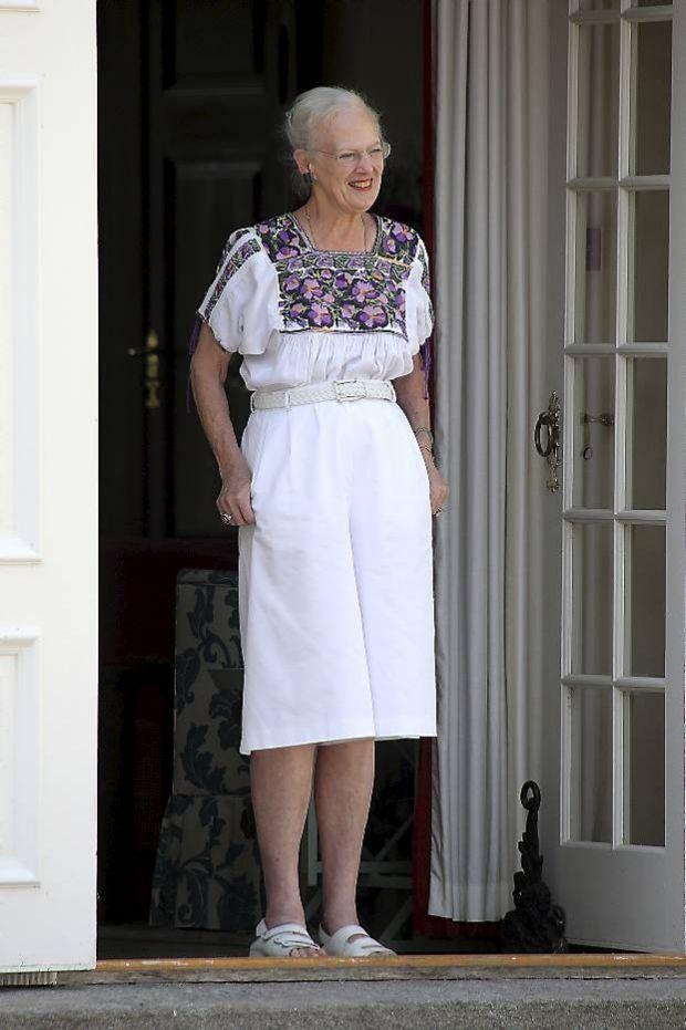 e64261cc895 SE BILLEDERNE: 50 flotte kongelige kjoler i hvid   BILLED-BLADET ...