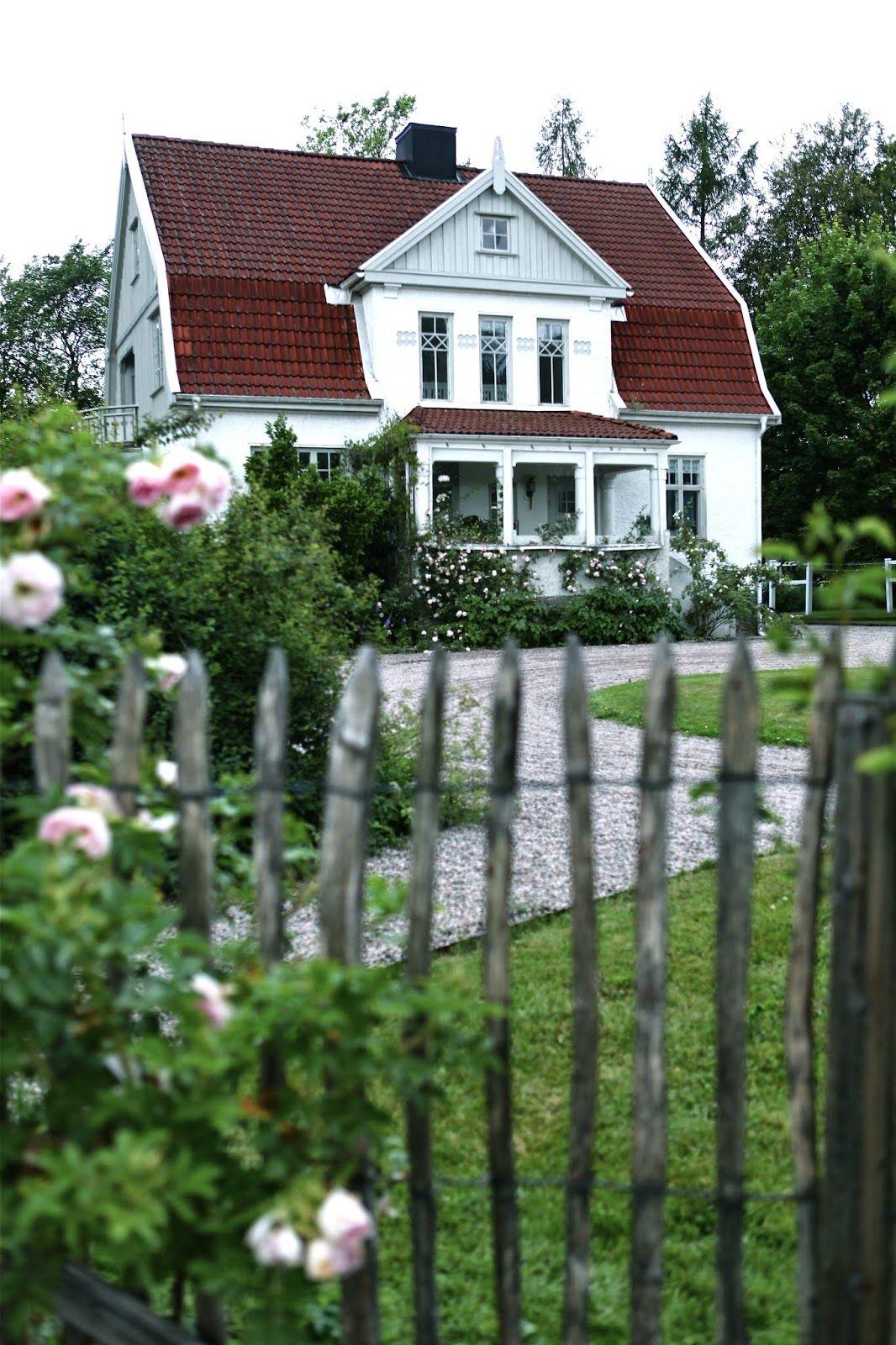 Skandinavien traumhaus holzhaus hausfassade schwedenhaus gartenzaun einfamilienhaus landleben zuhause