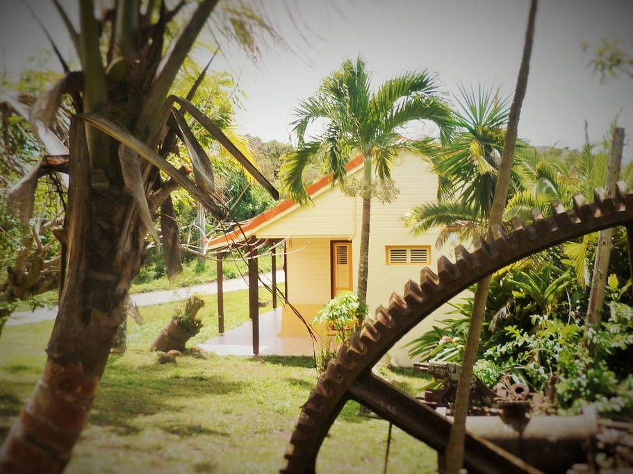 Villa in Les Anses-d'Arlet, Martinique. House of colonial architecture, typical and renovated ! Quiet location surrounded by green hills. Enjoy its kitchen, its wooded and its proximity to the white sandy beaches of south- west of Martinique !  Colonial architecture house on the ruins o...