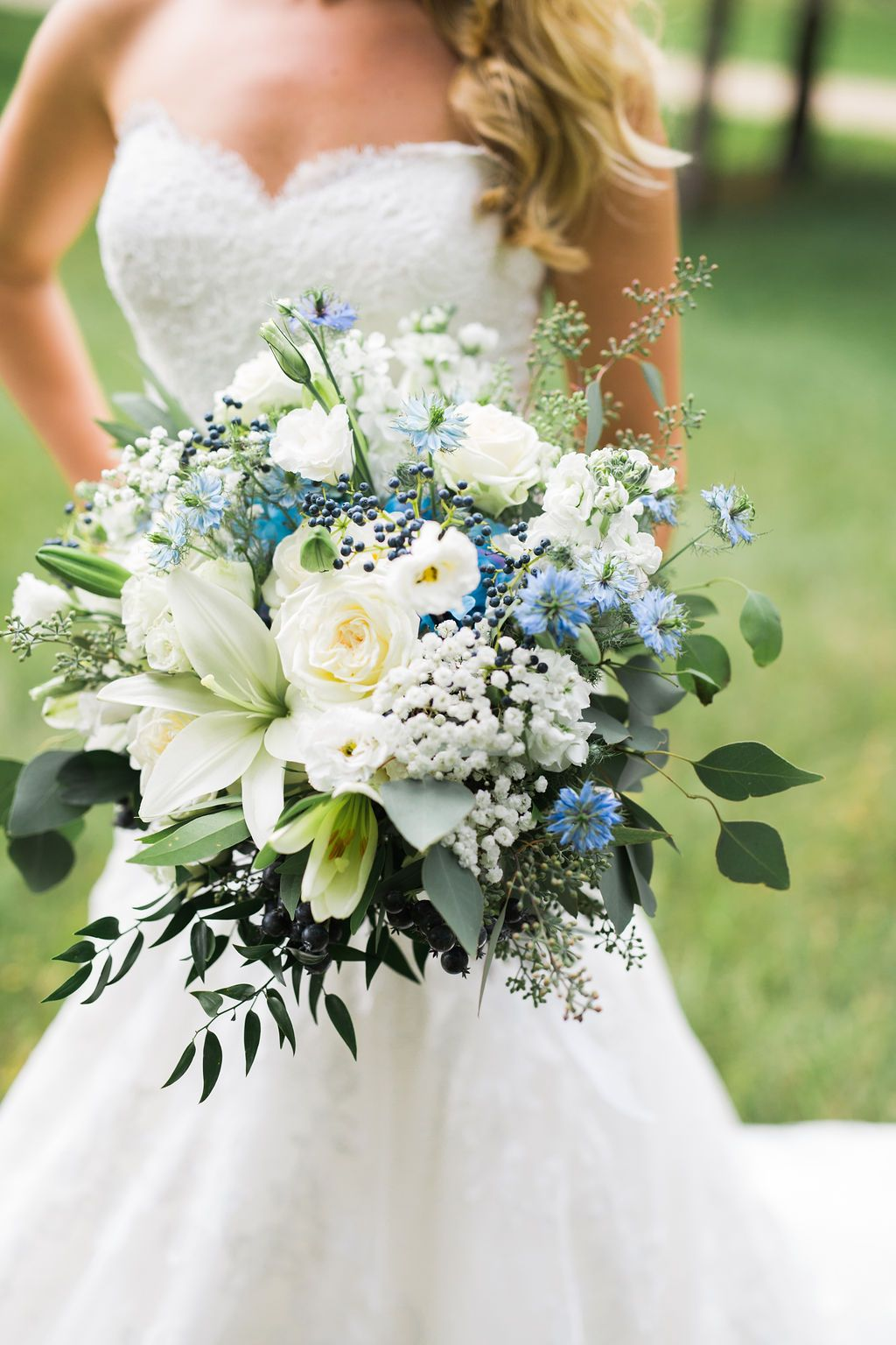 Haley chose a white and blue bridalbouquet. Blue