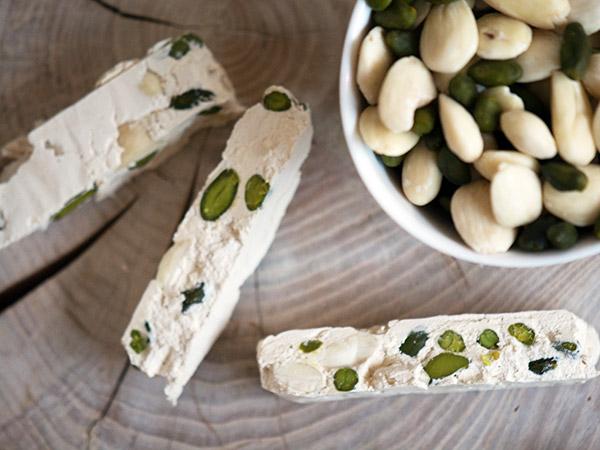 Fransk nougat er svært uimodståelig med de grønne pistaciekerner, mandler og seje konsistens - få opskrift på den franske konfekt her #sundtslik