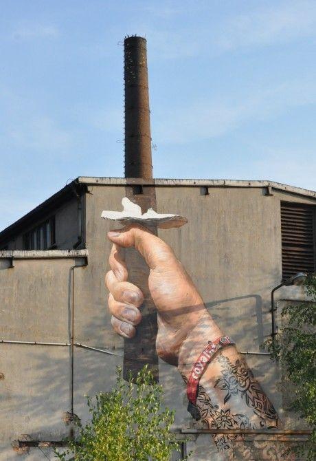 Anche una ciminiera può diventare un'opera d'arte con la street art. Recensita da: www.setadv.com #webmarketing #grafica #agenziagrafica