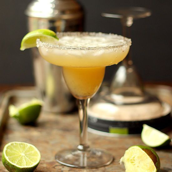 Super Easy Classic Lime Margarita - Domestic Dreamboat #simplecocktail