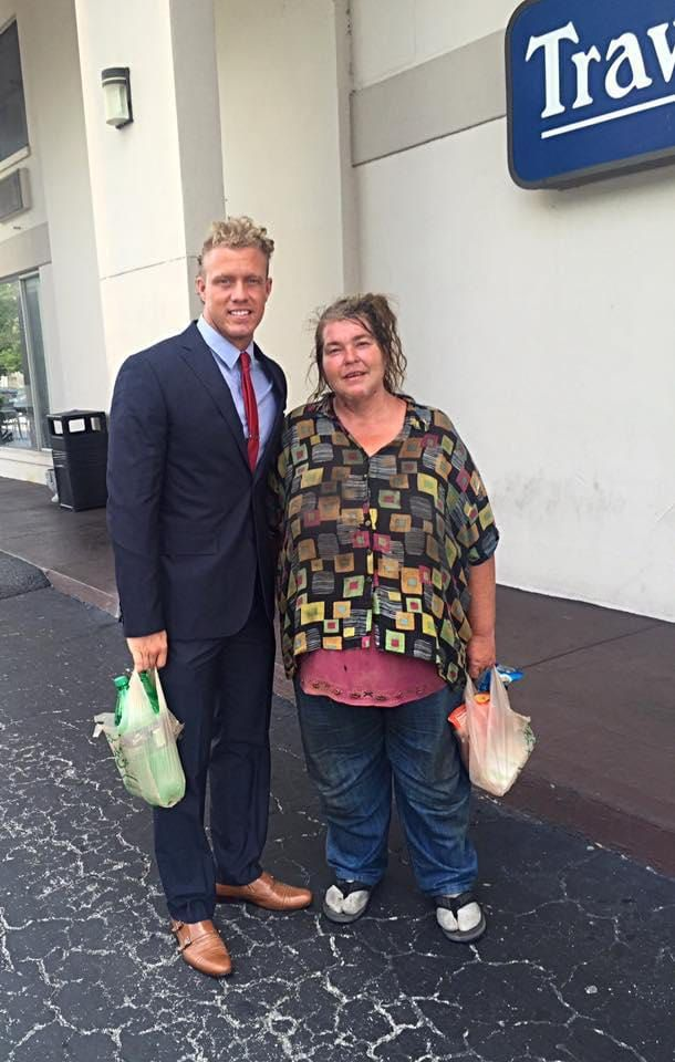 He Had Dinner With This Homeless Woman Every Week Then He Found Out What She Was Spending Her Money On Women Homeless Lady
