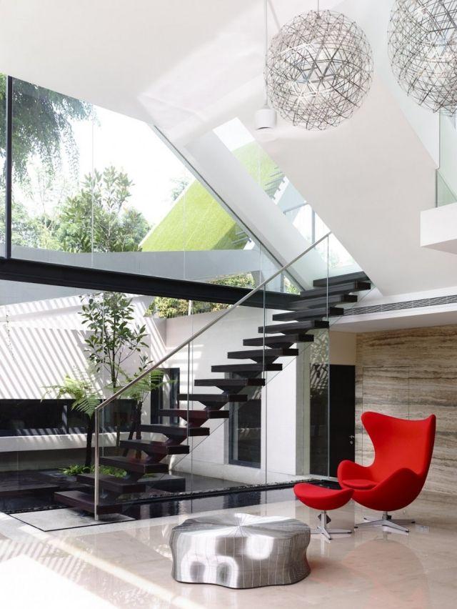 Haus mit schrägdach-Wandgestaltung Fliesen roter sessel fußlehne - treppen wand gestalten