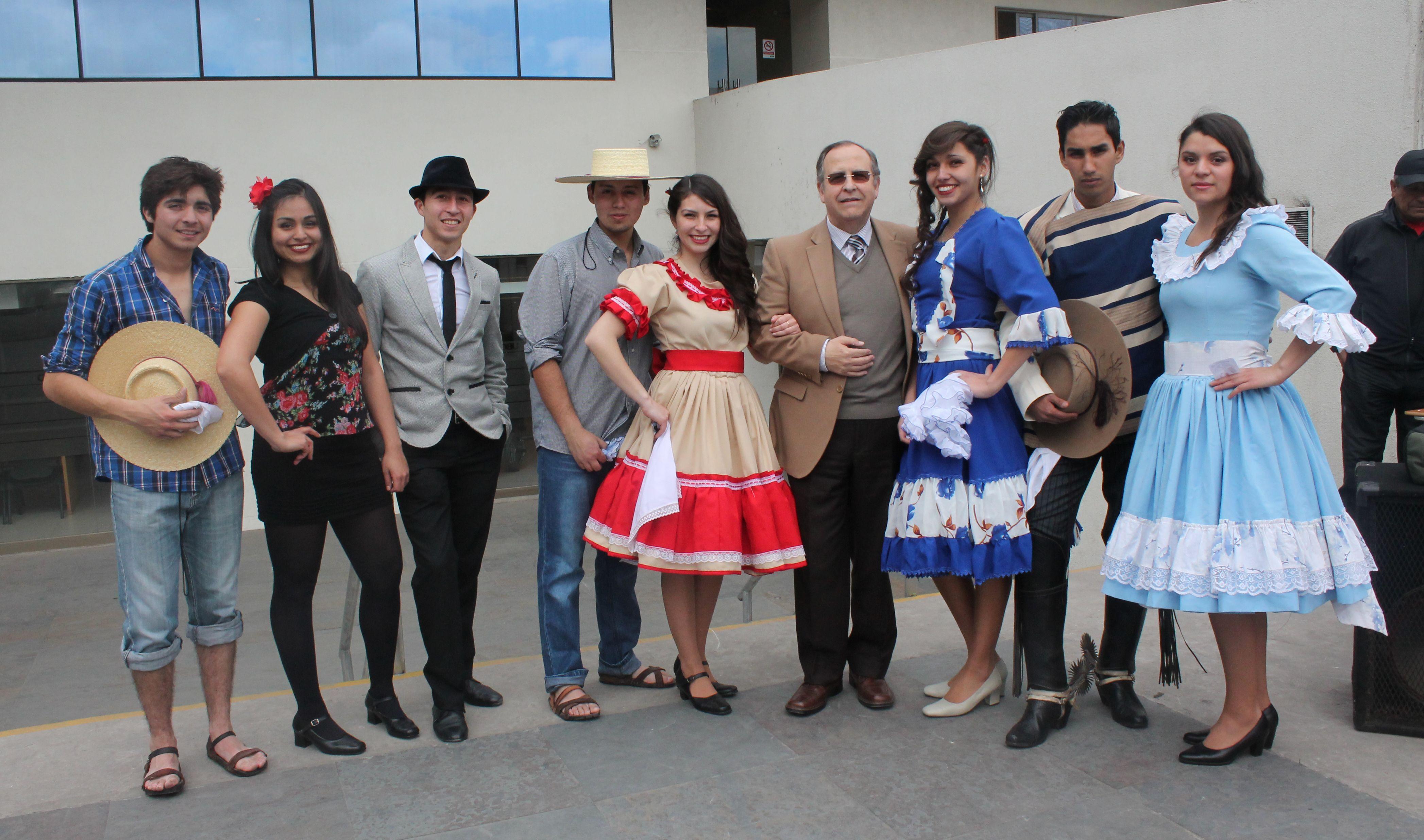 Alumnos de Campus Rondizzoni de la Universidad Bernardo O'Higgins compartieron de un Esquinazo en honor a Fiestas Patrias.