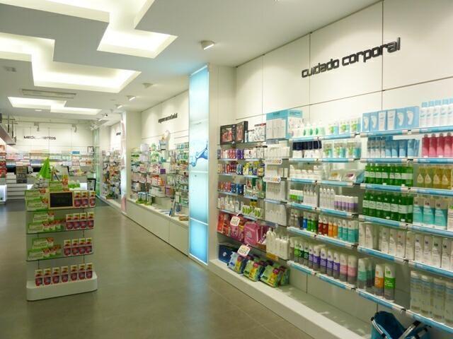 Dise o de farmacias modernas mobiliario para farmacias for Plafones pared originales