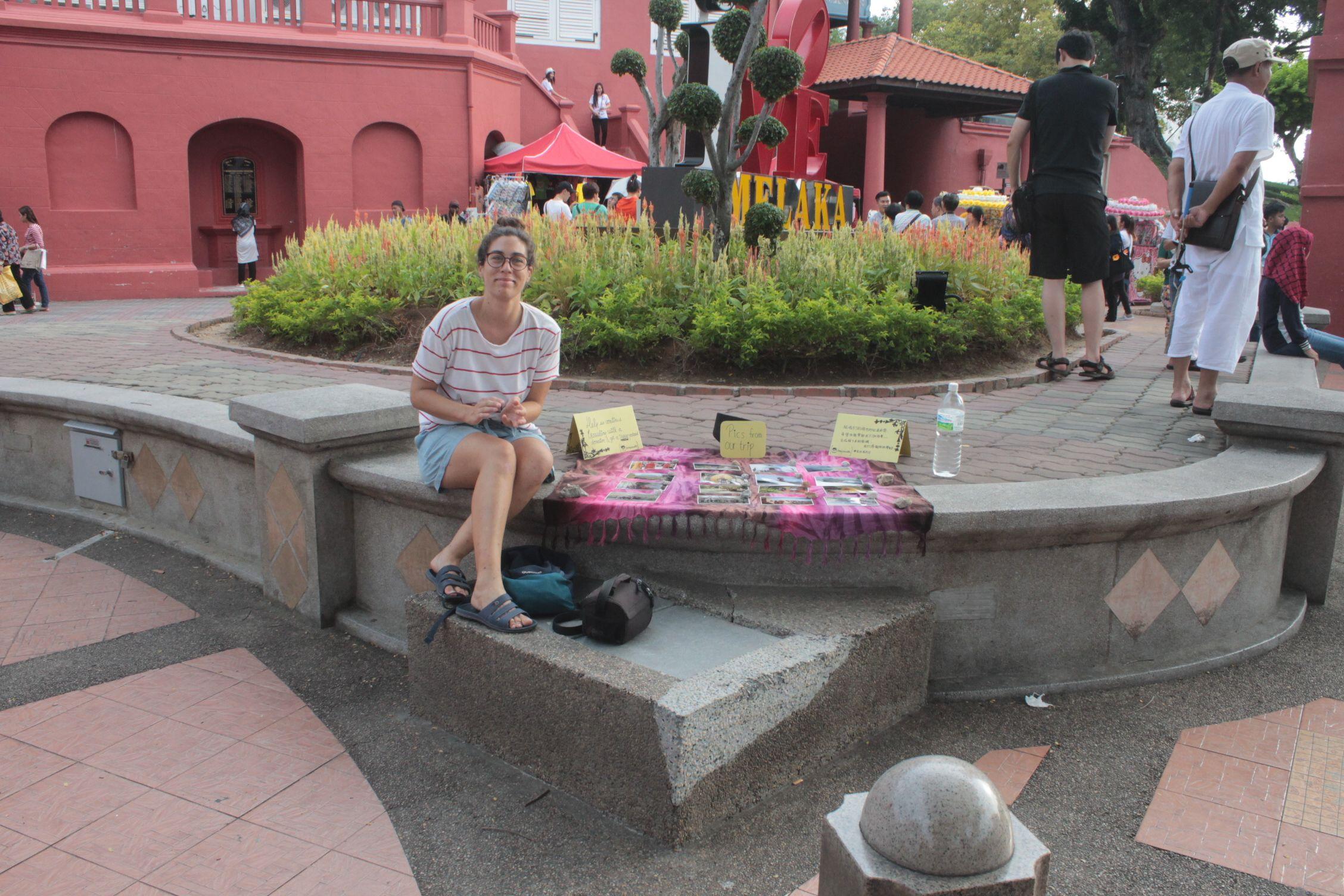 Vendiendo postales en la plaza