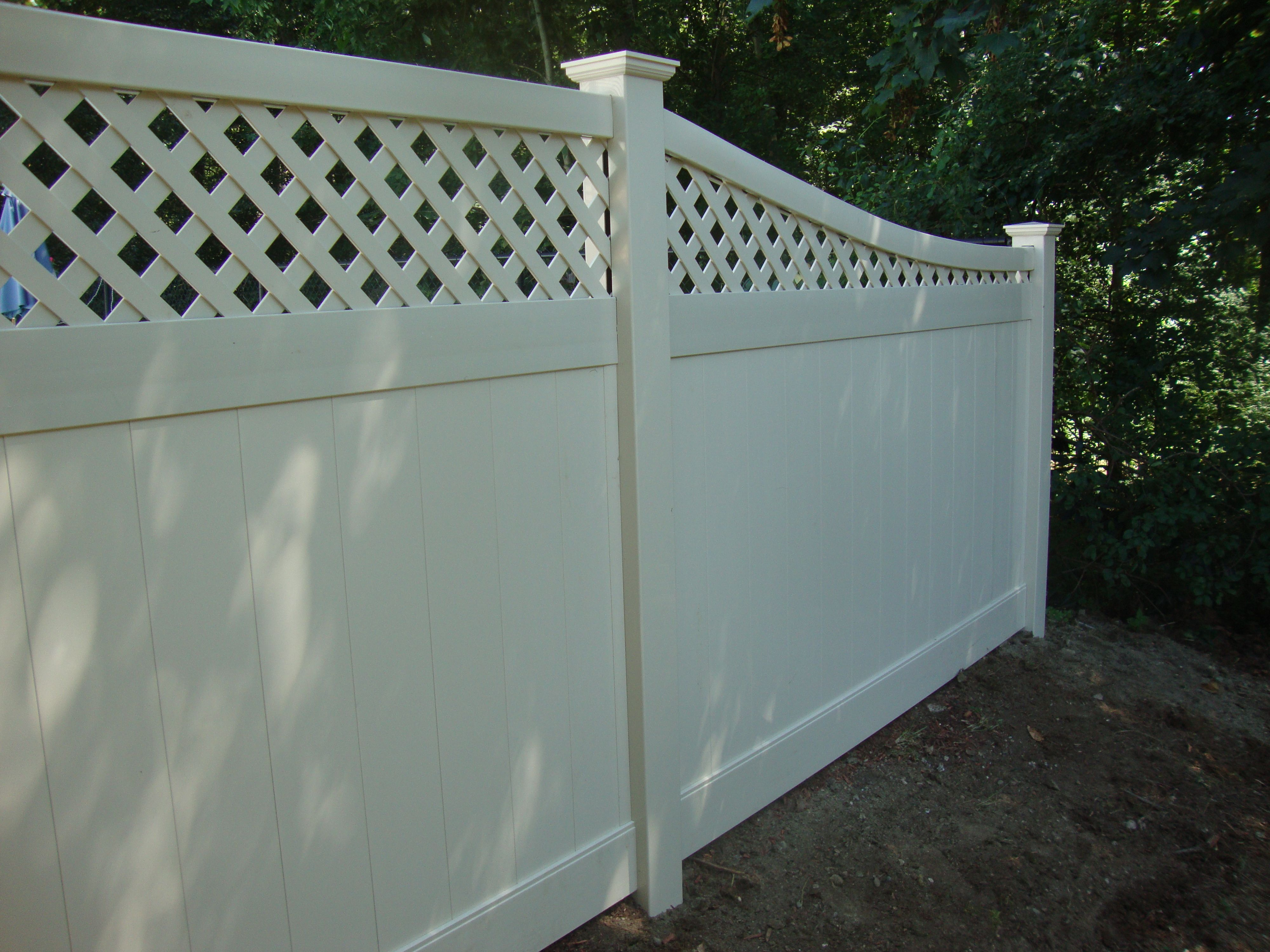 Almond Colored Vinyl Diamond Lattice Top Fence With A Curved Top Rail Sloping Section Lattice Garden Garden Fence Fence With Lattice Top