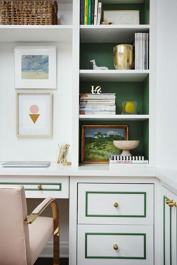 Casa branca adota cores suaves apenas nos detalhes (Foto: Ashley Gieseking/Divulgação)