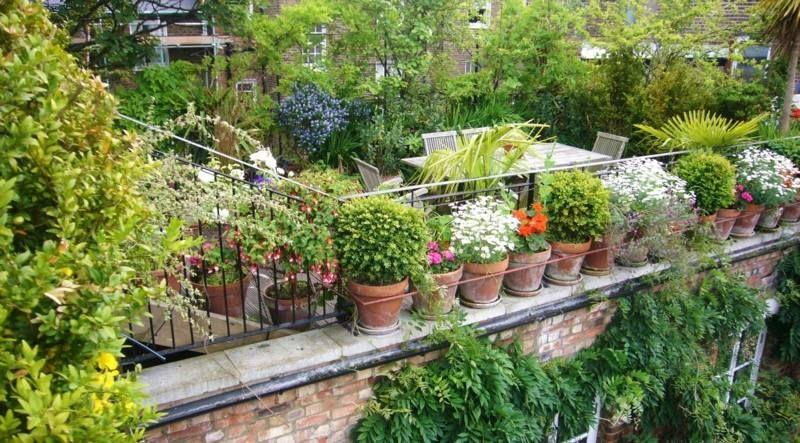 Den Balkon Sims können Sie ebenso mit Pflanzen und Töpfen ...