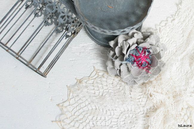 Fiore con il cartone delle uova e materiali di riciclo – Is laura