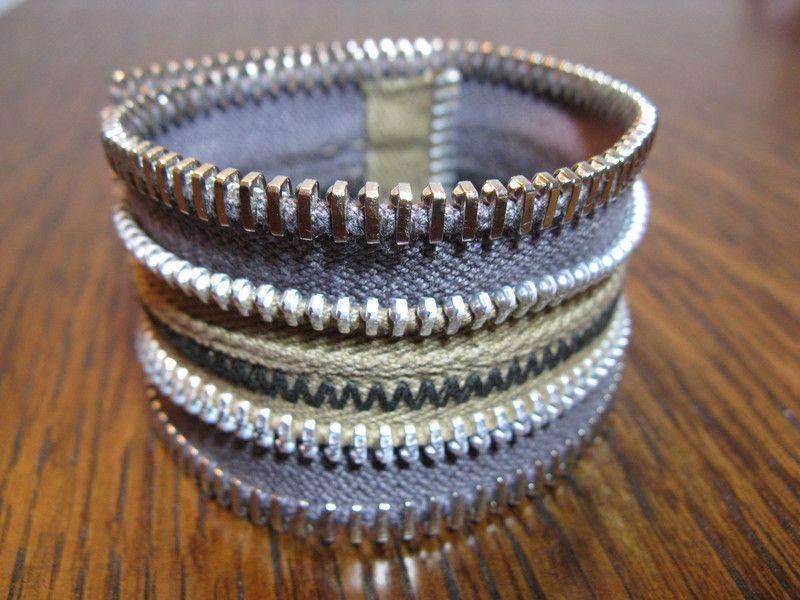 Für dieses Armband habe ich die Hälften eines hellnougat- und eines taupefarbenen Reißverschlusses (beide mit Baumwollband und silbrig glänzenden, ...