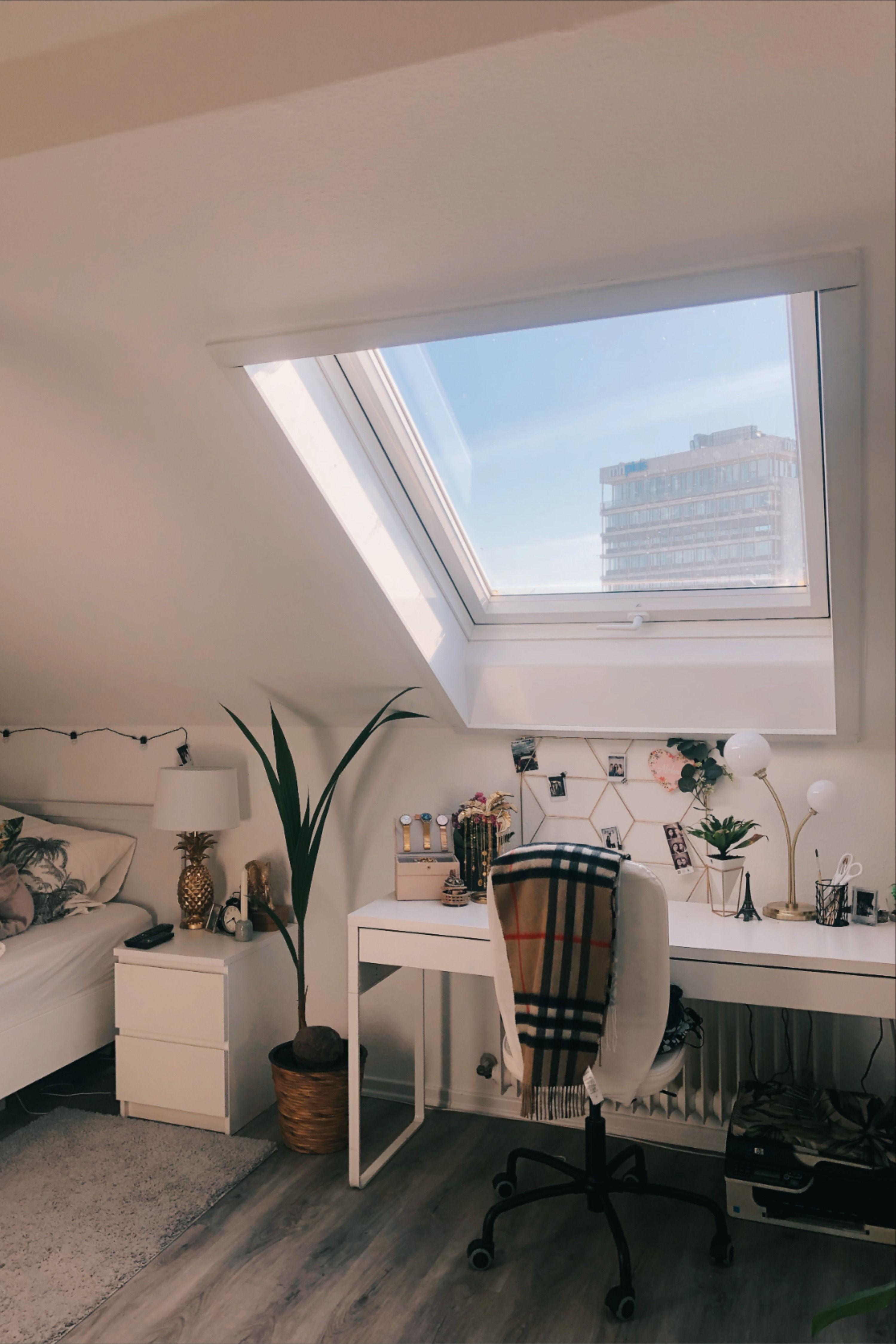 Heller Arbeitsplatz Unterm Dachfenster Zimmer Mit Dachschräge Einrichten Zimmer Einrichten Jugendzimmer Dachzimmer Einrichten