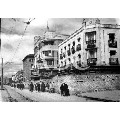 ASPECTO DE LA CALLE BRAVO MURILLO, DE MADRID, FORTIFICADA CON ADOQUINES, EL DÍA EN QUE ENTRARON LAS TROPAS NACIONALES.