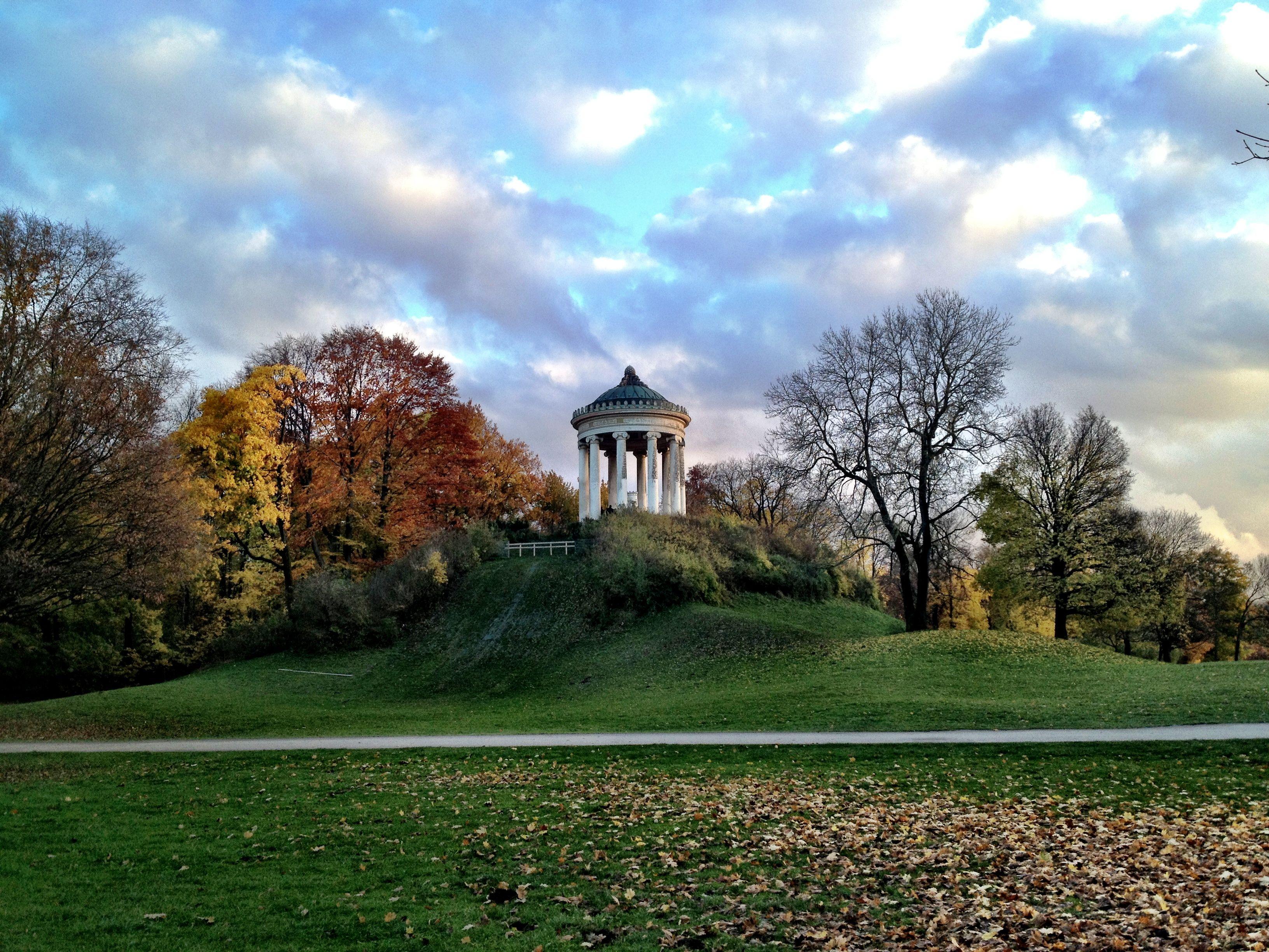 De Englischer Garten In Munchen Daterend Uit 1789 Is Dit Het Grootste Stadspark Van Europa Het Werd Ooit O Munchen Englischer Garten Englischer Garten Garten