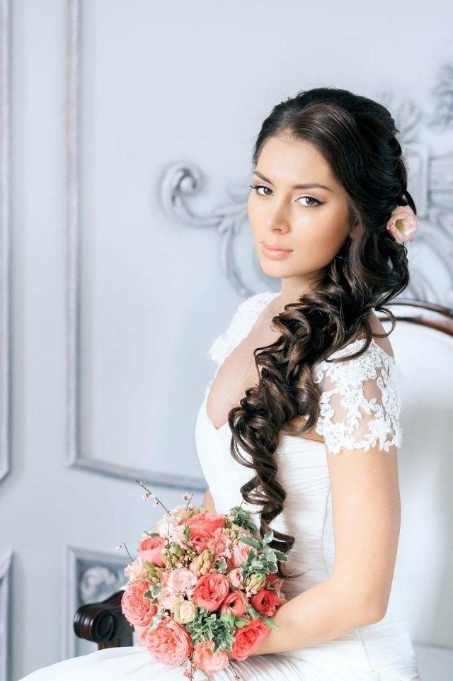 coiffure mariage pour cheveux longs ondulés sur le côté et décorés d\u0027une  rose