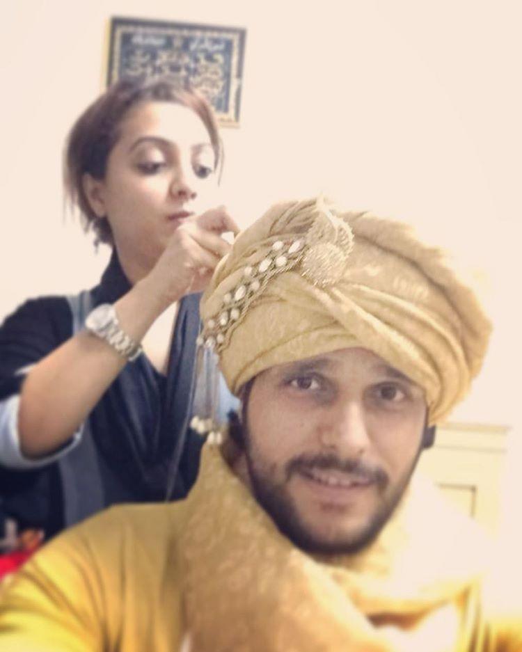 Making the pagdi for the groom.. Wish u a happy married life Sumayla and Adnan... #pagdi #indiangroom #groom #wedding #shaadi #designer #workmode #style #bridalfashion #groomfashion #headgear #saafa #nawabi #muslimgroom #fashion http://gelinshop.com/ipost/1518046465313679050/?code=BURLzedjybK