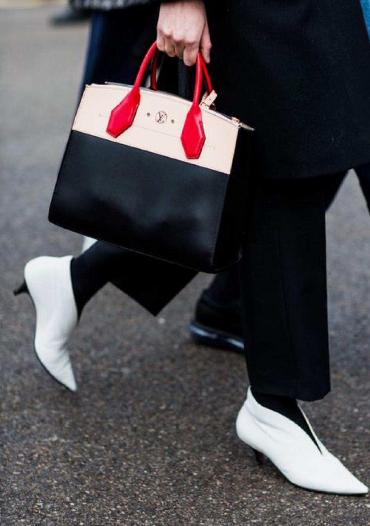 Ещё немного белой обуви 💭 Это такой хит 2017 года, что невозможно не сделать подборку! Да, для Петербурга и России с нашим разношёрстным климатом, белый цвет вызывает ряд сложностей, но главное желание 😉 А хороший защитный крем для обуви найдётся 👌💡