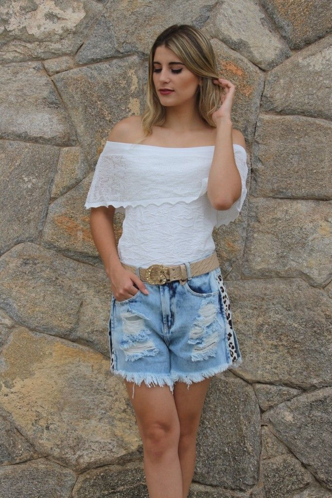 c5af84e93 Look Total Carmen Steffens - Blusa ombro-a-ombro + shorts destroyed jeans  com