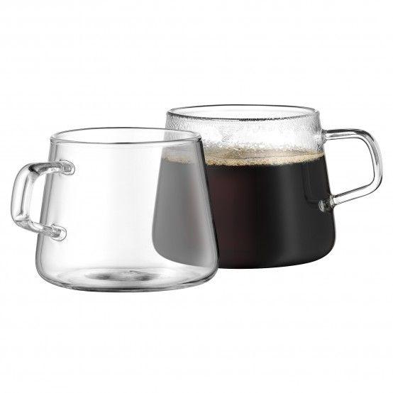 Formschön und praktisch eignen sich diese gläsernen Kaffeetassen für Heißgetränke. Ergänzen Sie Kaffeetafel oder Frühstückstisch mit den zeitlosen Tassen!Die hitzebeständigen Kaffeetassen passen perfekt für heiße Getränke wie Cappuccino, Kaffee oder auch Tee. Hitzebeständig und aus hochwertigem WMF Güteglas gefertigt, eignen sich die Tassen ebenso für den Frühstückstisch wie auch für die Kaffeetafel oder den Kaffee zwischendurch.