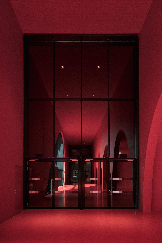 Licht Unterstreicht Expressive Architektur Der Neuen Messe Dornbirn Architekt Architektur Flur Design