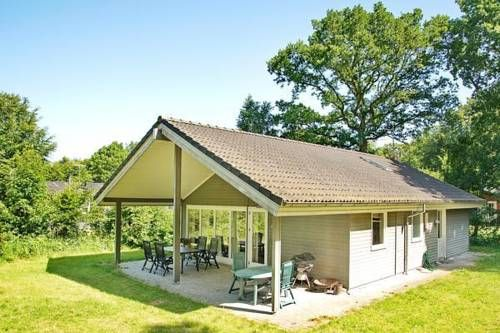 Two-Bedroom Holiday home in Glesborg 13 Glesborg Located in Fjellerup Strand in the Midtjylland Region, this holiday home is 49 km from Arhus. The unit is 37 km from Randers, and guests benefit from free WiFi and private parking available on site.