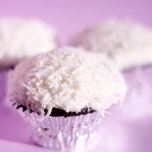 Retrouvez la super recette des cupcakes au chocolat et à la noix de coco, pour lier le fondant du chocolat à l'exotisme de la noix de coco !