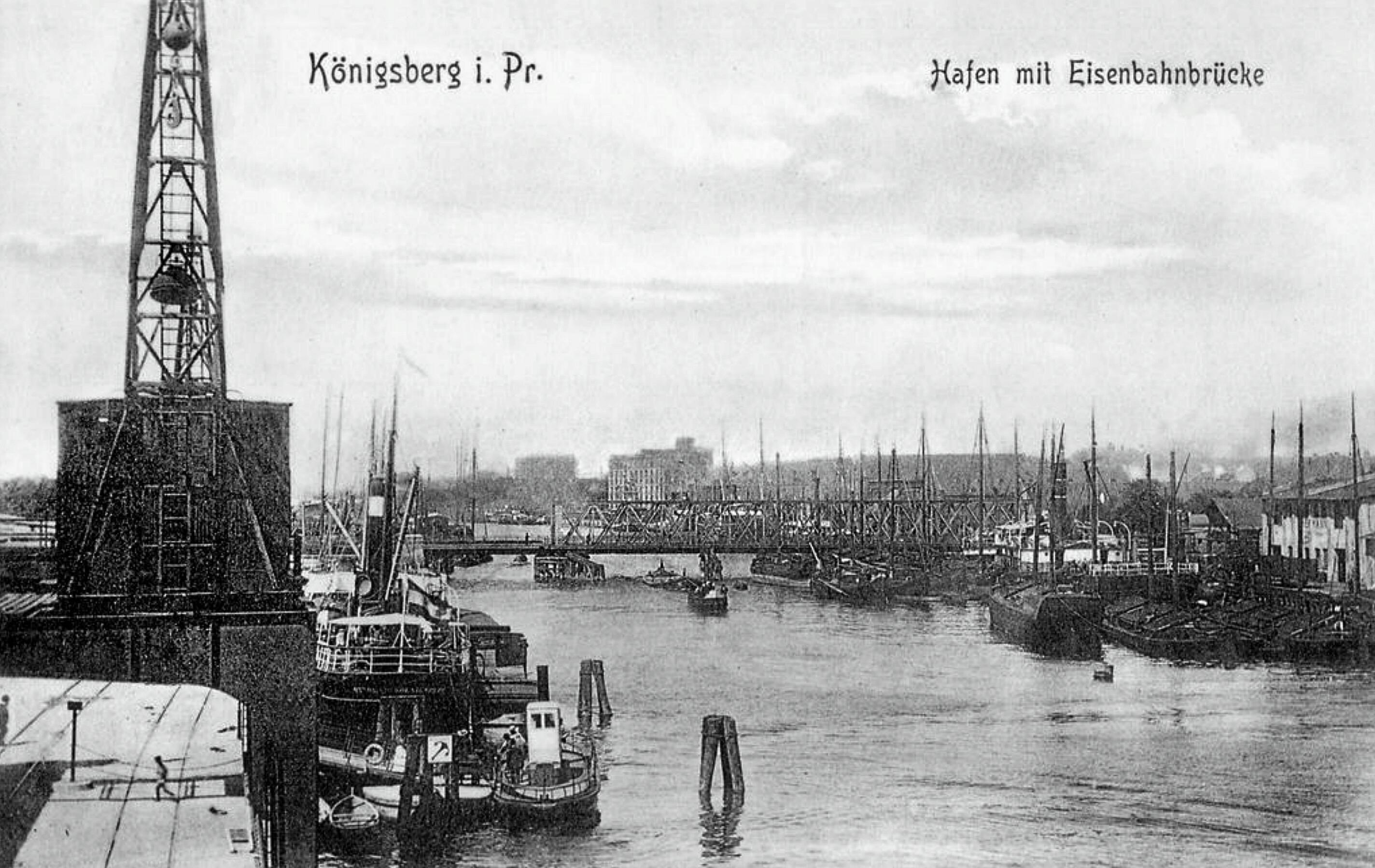 Als wesentliche Neuerung besass die Eisenbahnbrücke am Holländerbaum einen Kniehebelmechanismus statt des üblichen Schraubenhubwerkes. Die Brücke wurde 1929 mit der Errichtung der neuen Reichsbahnbrücke (weiter westlich) ausser Betrieb gesetzt, blieb aber für Katastrophenschutzmaßnahmen erhalten. Ansichtskarte 1920er/30er Jahre.