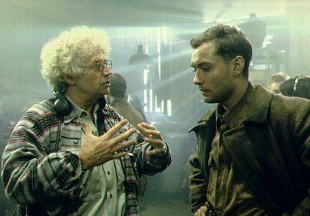 Jude Law and Jean-Jacques Annaud in Enemigo a las puertas (2001)