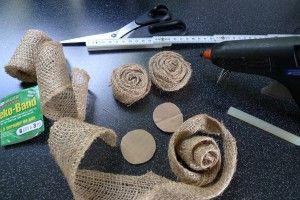 juterosen und sackleinen im alten rahmen stoffrosen wickeln und t rkr nze. Black Bedroom Furniture Sets. Home Design Ideas