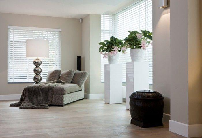 mooie lichte vloer met witte plint en zand kleur muur