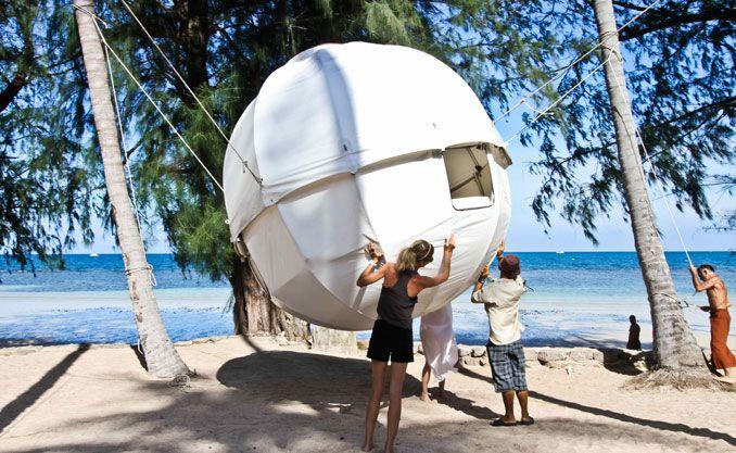 Aufbau des Cocoon Baumhauses am Strand