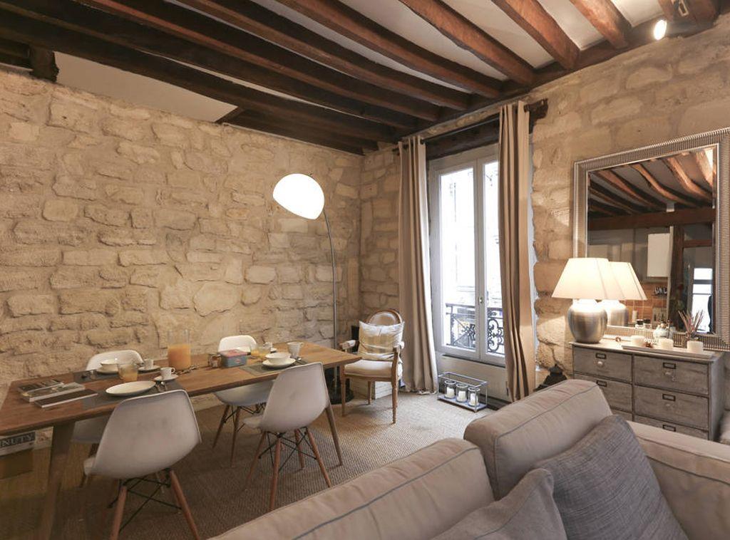 D coration d 39 un salon avec chaises eames table bois scandinave poutres - Decoration d un salon ...